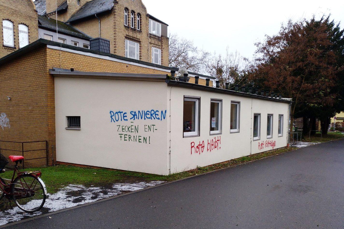 Graffiti auf einem Gebäude der Georg-August-Universität Göttingen: Rote Sanieren und Zecken entfernen.