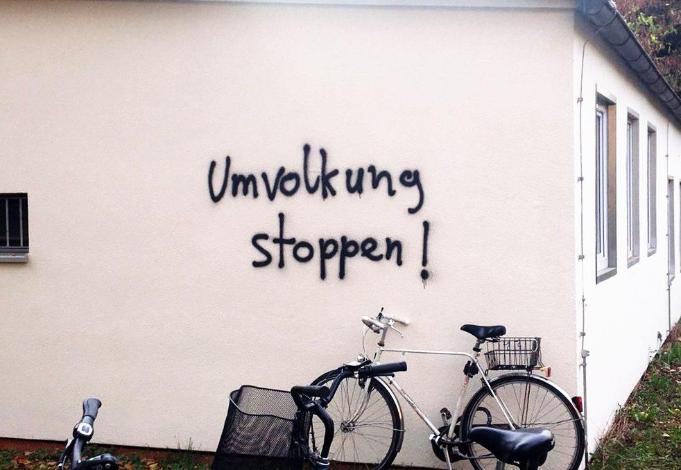 Graffito auf einem Gebäude der Georg-August-Universität Göttingen: Umvolkung stoppen!